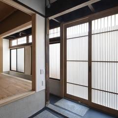 京都市Kb邸: 空間工房 用舎行蔵 一級建築士事務所が手掛けた廊下 & 玄関です。