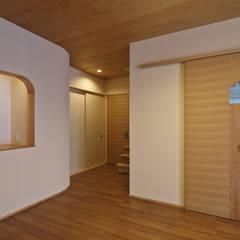 Pasillos y hall de entrada de estilo  por 空間工房 用舎行蔵 一級建築士事務所