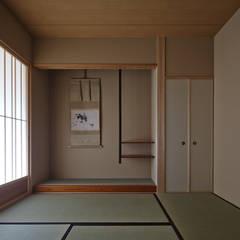 Salas de entretenimiento de estilo  por 空間工房 用舎行蔵 一級建築士事務所