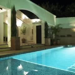 Casa en Melegís: Piscinas de estilo  de Mirasur Proyectos S.L.
