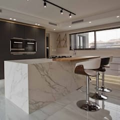 House Izinga Park 2 :  Built-in kitchens by Urban Create Design Interiors