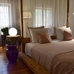 Quarto Ana Sobral 5A: Hotéis  por Natural Craft - Handmade Furniture
