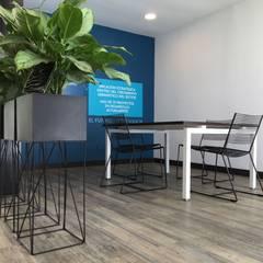 Sala de Juntas: Oficinas y Tiendas de estilo  por Mental Design