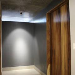 Remodelacion San Antonio: Puertas de madera de estilo  por INDICO