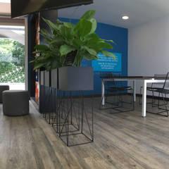 PUFF + MATERAS + SILLAS: Oficinas y Tiendas de estilo  por Mental Design