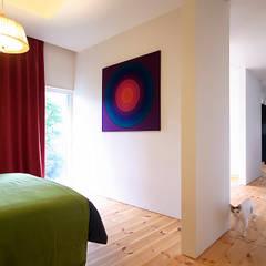 m&c house: Takeru Shoji Architects.Co.,Ltdが手掛けた寝室です。
