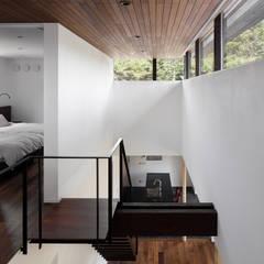 053 i-house in 軽井沢 クラシカルスタイルの 玄関&廊下&階段 の atelier137 ARCHITECTURAL DESIGN OFFICE クラシック 木 木目調