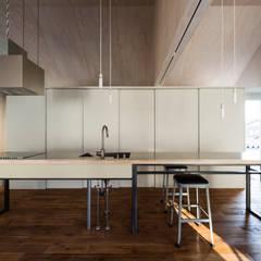 GO-BANG! house: Takeru Shoji Architects.Co.,Ltdが手掛けたキッチンです。,