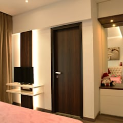 Apartment on Golf Course Extn. Road, Gurugram:  Bedroom by The Workroom