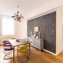 La sala da pranzo con la cucina retrostante: Sala da pranzo in stile  di GD Architetture