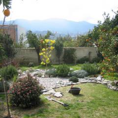 Jardins de fachadas de casas  por Mirasur Proyectos S.L.