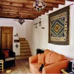 Escaleras y salón: Salones de estilo  de Mirasur Proyectos S.L.