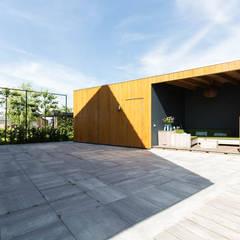 terras met uitbouw aan de tuinzijde:  Houten huis door StrandNL architectuur en interieur