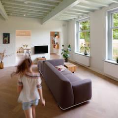 Woonkamer: landelijke Woonkamer door RHAW architecture