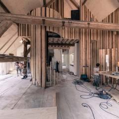 De deel tijdens de verbouwing: landelijke Woonkamer door RHAW architecture