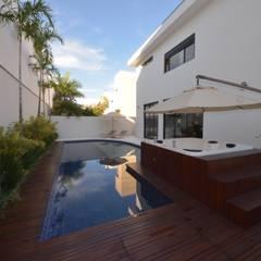 Área de Lazer com piscina: Jardins minimalistas por Andréa Generoso - Arquitetura e Construção