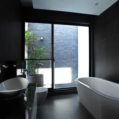 Bathroom by 黃耀德建築師事務所  Adermark Design Studio