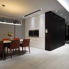 Dining room by 黃耀德建築師事務所  Adermark Design Studio,