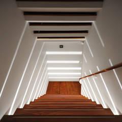 光之梯:  樓梯 by 黃耀德建築師事務所  Adermark Design Studio