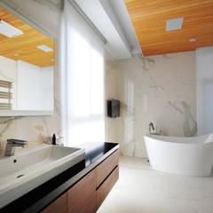 Bathroom by 黃耀德建築師事務所  Adermark Design Studio,