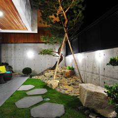 حیاط by 黃耀德建築師事務所  Adermark Design Studio