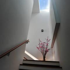 Toiture de style  par 黃耀德建築師事務所  Adermark Design Studio, Minimaliste