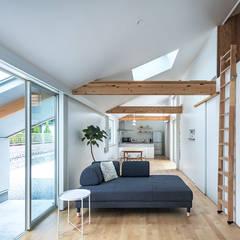 西の宮・HOUSE・D: 吉田裕一建築設計事務所が手掛けたリビングです。