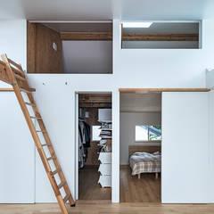 西の宮・HOUSE・D: 吉田裕一建築設計事務所が手掛けた寝室です。