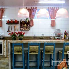 Cozinha de sítio: Armários e bancadas de cozinha  por Escritorio de Arquitetura Karina Garcia