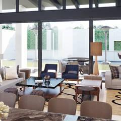 CASA RIO DANUBIO: Salas de estilo  por CUARTO BLANCO