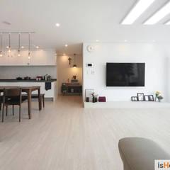 신혼집 꾸미기 30평 김포아파트 인테리어: 이즈홈의  거실