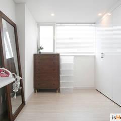 신혼집 꾸미기 30평 김포아파트 인테리어: 이즈홈의  드레스 룸