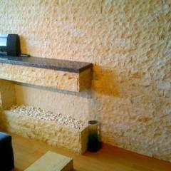 Chimenea en piedra : Salas de estilo  por Stonedeko, Rústico Piedra