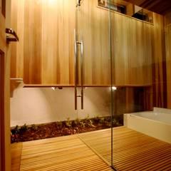 バスルーム: 株式会社高野設計工房が手掛けた浴室です。