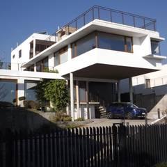 Vista del Penthouse desde fachada de calle: Casas unifamiliares de estilo  por Arqsol