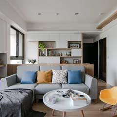 Living room by 拓雅室內裝修有限公司