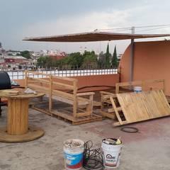 realizacion de banca y muebles de madera reciclada: Terrazas de estilo  por arkiteck
