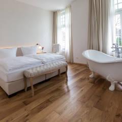 """Ein Badezimmer """"En Suite"""" mit unserer Vintage-Badewanne Edinburgh: klassische Badezimmer von Maxxwell AG"""