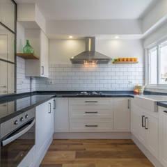 Reforma de vivienda en Sevilla: Cocinas de estilo  de Ares Arquitectura Interiorismo