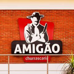 CHURRASCARIA AMIGÃO: Espaços gastronômicos  por AOI Arquitetura