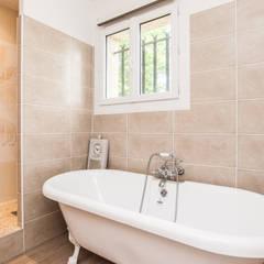 Salle de bain familiale rénovée : Salle de bains de style  par La Maison Des Travaux du Muretain