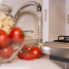 Senza emozioni la vita è solo un orologio che fa TIC TAC ...: Cucina in stile  di Creattiva Home ReDesigner  - Consulente d'immagine immobiliare