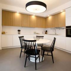Kitchen: Cucina attrezzata in stile  di Blocco 8 Architettura