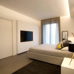 Master Bedroom: Camera da letto in stile  di Blocco 8 Architettura