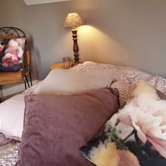 MASTERBEDROOM: French romance:  Slaapkamer door living by JM
