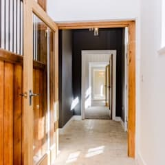 Porte interne in stile  di Crafted Architects
