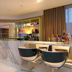 Bodegas de vino de estilo moderno por RI Arquitetura