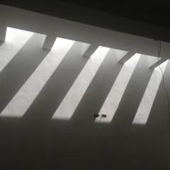 Entrada Luz Cochera: Pasillos y recibidores de estilo  por TECTUM Diseño & Construccion