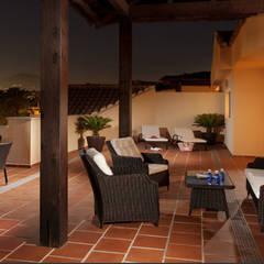 Renovación de apartamentos en Marbella, Puerto banus: Terrazas de estilo  de AVANTUM