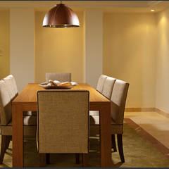 Comedor con mesa de madera y sillas tapizadas: Comedores de estilo  de AVANTUM